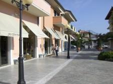 Ve městě je spousta obchodů a butiků